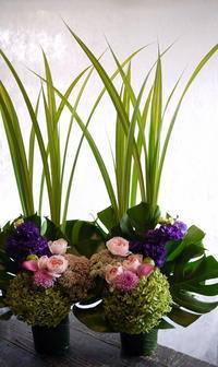 南6条のお寺での三回忌法要に。一対のアレンジメント。「ピンク等可愛らしく。バラも可」。2017/09/03。 - 札幌 花屋 meLL flowers