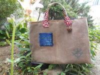 持ち手の布はバングラデシュの刺し子布だそうです・・裏の格子が好き - 藍ちくちく日記
