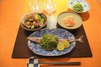 秋刀魚の塩焼き薬味掛け/あさりと胡瓜の鯛醤蒸し/人参の白和え/枝豆 - まほろば食日記