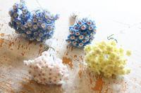 地味に作っていた小さなお花たちが出来ました - ビーズ・フェルト刺繍作家PieniSieniのブログ