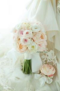 クラッチ風ブーケ、芍薬とバラ プリザーブドフラワーとアートで リゾナーレ八ヶ岳様へ - 一会 ウエディングの花