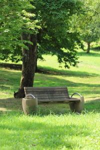 木陰でベンチで休憩。そして水飲み場に。 - 平凡な日々の中で