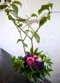 バーの20周年にアレンジメント。南4西3のビル4階にお届け。2017/09/07。 - 札幌 花屋 meLL flowers