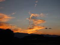 夕暮れどきの 飛行機雲 - 八ヶ岳 革 ときどき くるみ