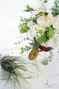 定番白・緑にコスモスが入ると秋! - お花に囲まれて