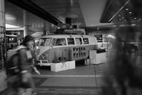 挙動不審なペデストリアンデッキ下のキッチンバス - Film&Gasoline
