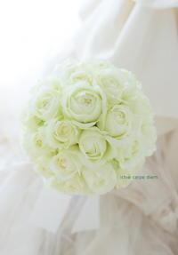 ラウンドブーケ ホテル椿山荘東京さまへ 白い丸いバラだけのブーケ - 一会 ウエディングの花