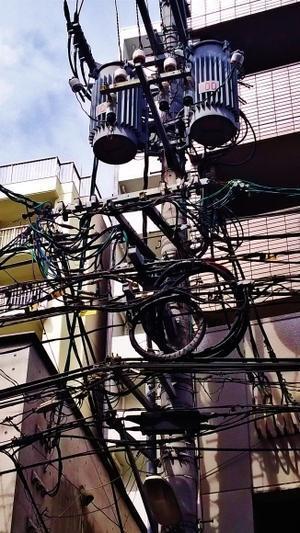 電柱や電線のごちゃごちゃした感じが好き -