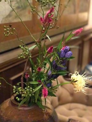 秋の野花とグリーンカレー - ミセス サファイア 静けさの中で