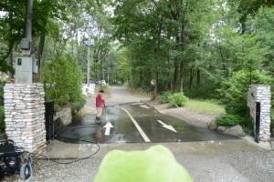 ゲート前のお掃除 - キャンプ・アンド・キャビンズ那須高原 カエルくんの日記