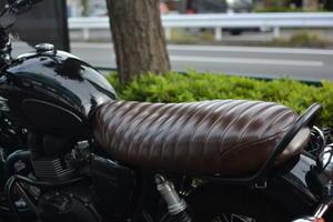 空冷ボンネビルT100シートカスタム - バイク屋日記