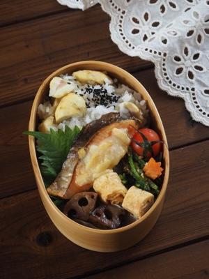 鮭のマヨチー焼きと栗ご飯弁当 - Delicatusib