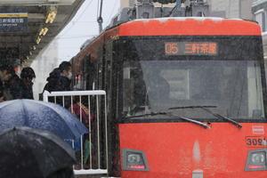 雪の駅 - 線路とコート