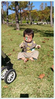 初の芝でお座り~11か月~ - tokotoko~息子のいる生活~