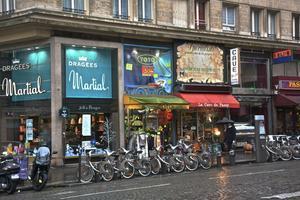 雨の日のパリを歩く - ストックホルムとパリの街角,