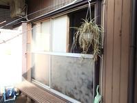 和室の大きな掃出しの窓古くなって動きがとても重たいので専用のカバーサッシに取り替えました - 快適!! 奥沢リフォームなび