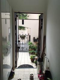 玄関の親子ドア夜も開けて外のすがすがしい空気を取り入れたいLIXIL しまえるんですα - 快適!! 奥沢リフォームなび