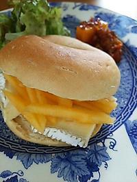 マンゴーとチーズベーグルの朝ごパン - 料理研究家ブログ行長万里  日本全国 美味しい話