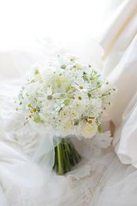 クラッチブーケ 一重の花 八重の花 どちらが好きか問題 シェ松尾松濤レストラン様へ - 一会 ウエディングの花