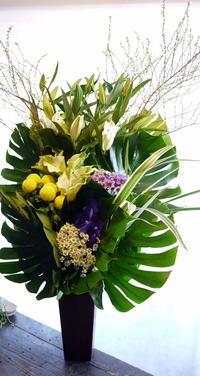 斎場でのお通夜にアレンジメント。月寒中央通7にお届け。 - 札幌 花屋 meLL flowers