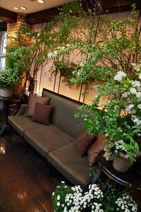 冬の装花うさぎが遊ぶ卓上装花とソファ高砂ザ・ハウス白金様へ - 一会 ウエディングの花