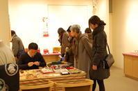 今日から始まりました。「ちいさなお雛様〜わたしの雛飾り」さっぽろ東急百貨店の美術画廊です。 - いぷしろんの空