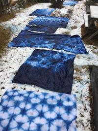 藍染めを雪晒ししてみました。 - 手染めと糸のワークショップ