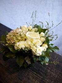 入籍のお祝いにアレンジメント。「白~グリーン」。 - 札幌 花屋 meLL flowers
