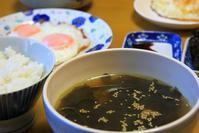 ワカメスープと目玉焼きな朝餉 - ぶん屋の抽斗