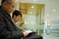 若者のスマホと年配者の読書 - 照片画廊