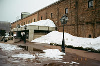 札幌麦酒レンガ館の残雪と閉門読書 - 照片画廊
