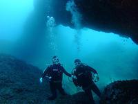 BIGアーチの前で、仲良く記念撮影♪ - 八丈島ダイビングサービス カナロアへようこそ!