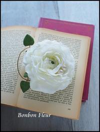 入園式のコサージュ白いラナンキュラス - Bonbon Fleur ~ Jours heureux  コサージュ&和装髪飾りボンボン・フルール