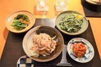 豚肉と新玉ねぎの麹炒め/するめいかのトマト煮/庄内葱と若布の酢味噌和え/春菊の白和え風サラダ/しじみのお味噌汁 - まほろば日記