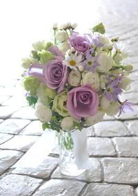 白と紫のクラッチブーケ - ブライダルアルバム