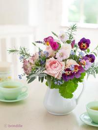 春を待つテーブルの花たち*庭のハーブとビオラ - Brindille Diary フラワースクール ブランディーユのBlog