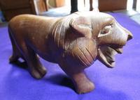 ケニアの人食いライオン・木彫りの置物 - 軍装品・アンティーク・雑貨 展示館