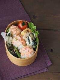 山芋とわかめのかき揚げ風とほぐし鮭のせおにぎり弁当 - Delicatusib