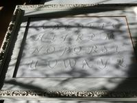アルファベットの刺繍 - 絵のある生活ページワン
