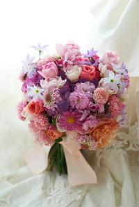 クラッチブーケ八芳園様へ、八重桜とマーガレットをいれて - 一会 ウエディングの花