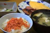 久しぶりに鮭瓶と味噌汁な朝餉 - ぶん屋の抽斗