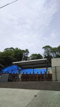 片側通行は解除されたがブルーシートが痛々しい土砂崩れ現場 - 広島瀬戸内新聞ニュース(社主:さとうしゅういち)