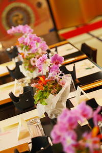 春の装花浅草今半様へ和の装花、小さな胡蝶蘭で - 一会 ウエディングの花