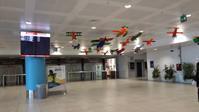 パレルモ空港到着ロビーのカラフル飛行機達 - シチリア島の旅ノート