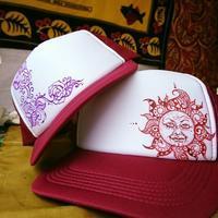 帽子に顔付き太陽ペイント - CHIEKO ART WORKS ~ Saraswati Planet ~