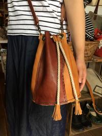 巾着タイプの革バッグ - Qui vivra verra