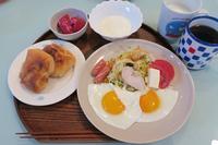 <朝食>目玉焼き・パン<昼食>ソースカツ丼<夕食>ブロッコリーの茎と魚肉ソーセージ炒め - さとごころ