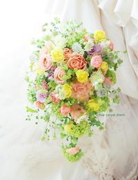 シャワーブーケパークハイアット東京さまへコーラルピンクのバラをメインに - 一会 ウエディングの花