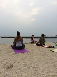 浜辺で朝ヨガ - カキリマ・バリ島・アジア雑貨・エスニック衣料のネットショップ店主の日記