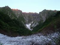谷川岳一ノ倉沢烏帽子岩奥壁南稜から国境稜線 - 山と元太